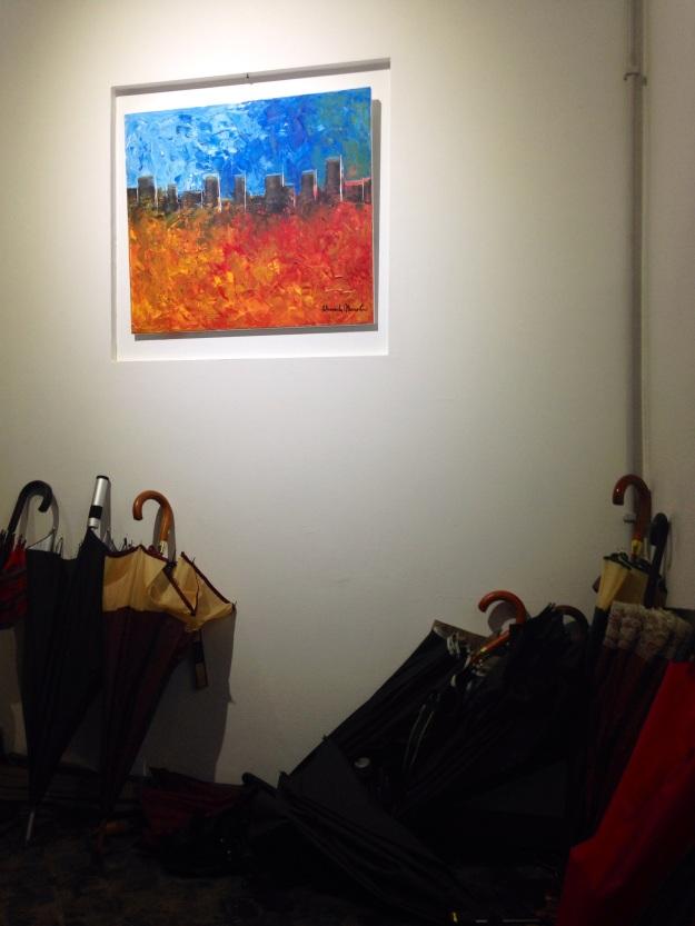 Paesaggio urbano fiammante in galleria di ombrelli. Alessandra Mussolini. Foto Safarik Art Magazine