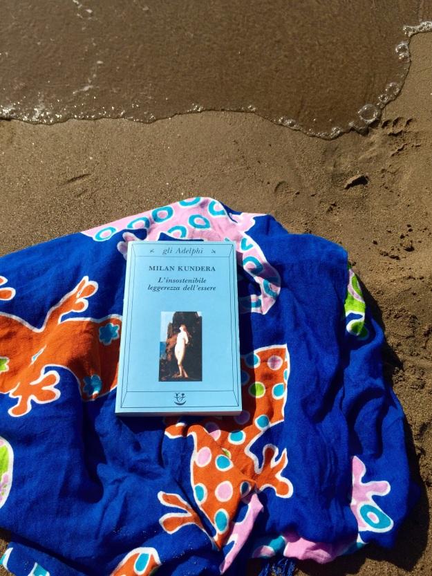Milan Kundera L'insostenibile leggerezza dell'essere sulla spiaggia. Foto Safarik Art Magazine