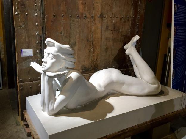 Mer (Badajoz, n. 1954), Emma (2003), marmo bianco di Carrara, cm. 85x172x77. Barcellona, MEAM, Museo Europeo d'Arte Moderna