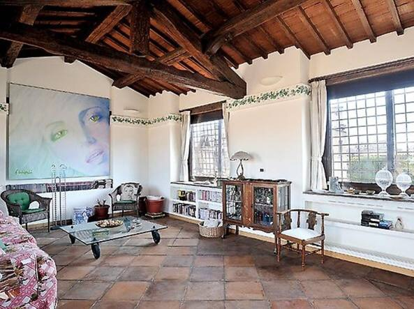 Salone della residenza dell'attrice Mariangela Melato in Palazzo Del Drago, Roma, Via dei Coronari, con suo ritratto. Foto Corriere della Sera