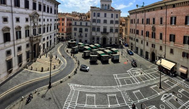 Disegno architettonico su Piazza Borghese a Roma (panoramica effetto lente). Foto Safarik Art Magazine