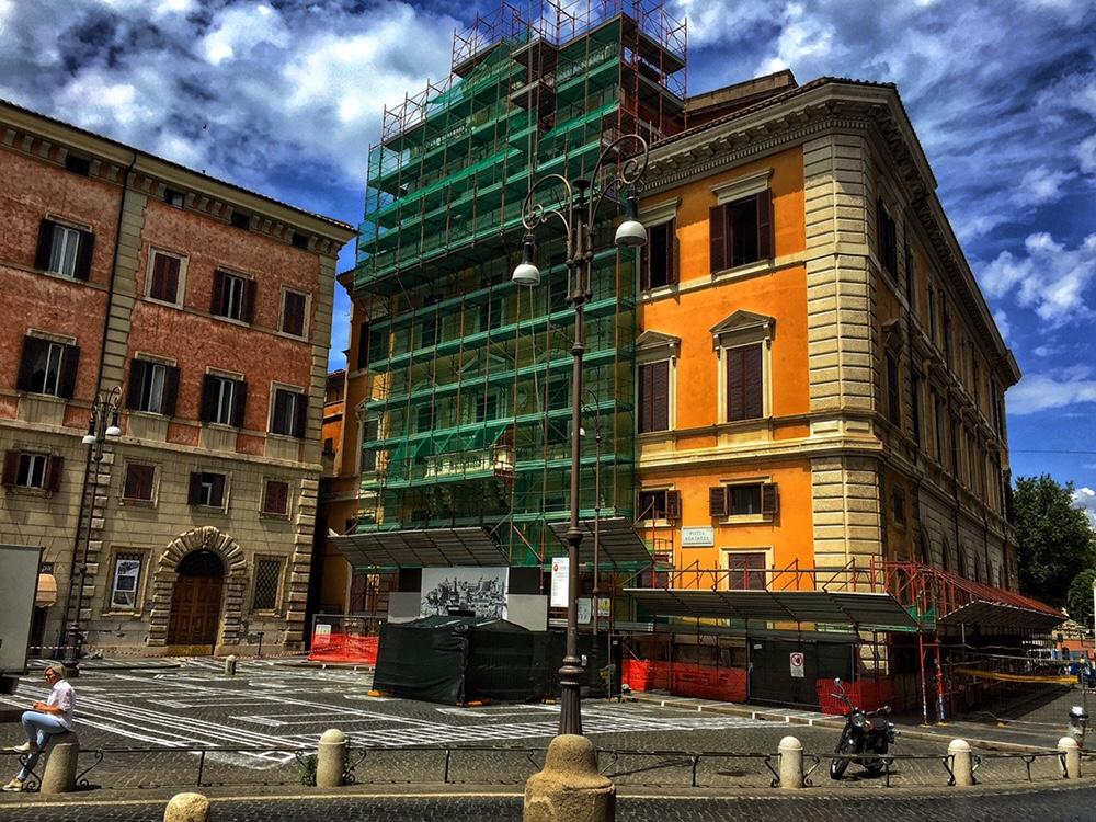 Facciata della sede della Facoltà di Architettura de La Sapienza di Roma in Piazza Borghese 9 a Roma. Foto Safarik Art Magazine