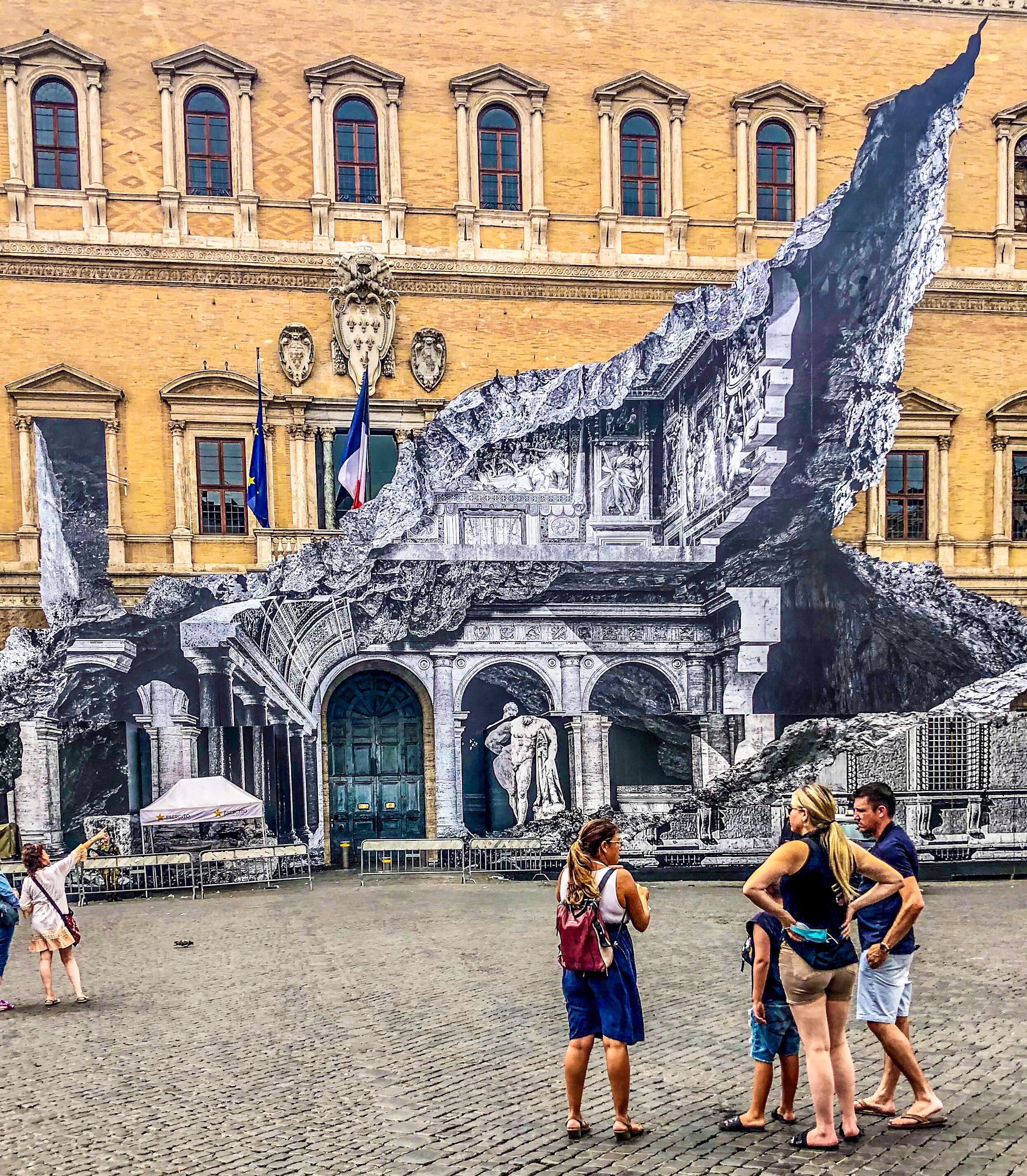 Installazione dell'artista JR, Palazzo Farnese, Roma 2021. Foto Sam